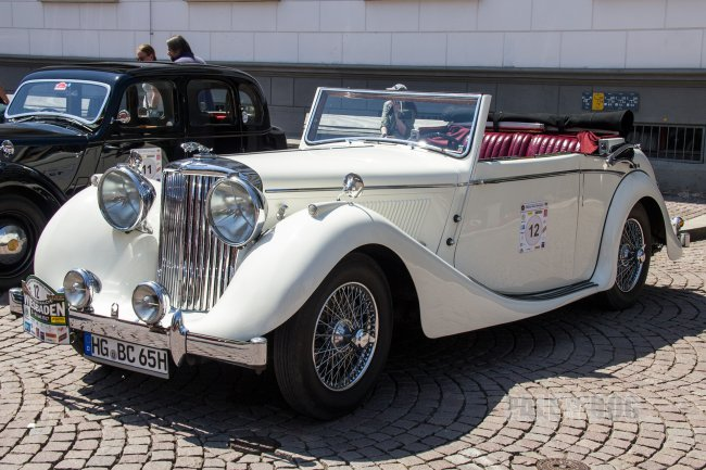 1947 Jaguar Mark IV 3½ Litre Drophead Coupe (front view)